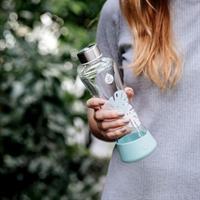 Equa Urban Jungle Monstera Trinkflasche aus Glas 550 ml mit Silikonboden