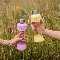 Equa Active Plum Trinkflasche aus Glas 550 ml mit Silikonboden